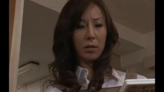 milf japonesa encuentra un video porno y se masturba